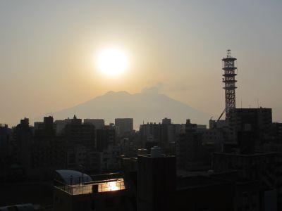 煙が出ている桜島