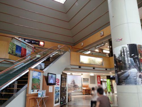 二階へのエスカレータ