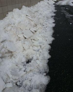 氷の塊を雪かき